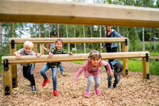 Barn leker på hinderbanan på Vitberget, Skellefteå
